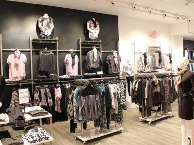 """Butiksindretning - Horsens. Årets butik 2015 er indrettet med butiksinventar systemet """"First"""" som giver stor fleksibilitet og det helt rene look som sætter tøjet i fokus"""