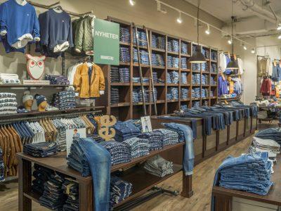 Konceptbutik med stor jeansreol. Butiksinventar og butiksindretning