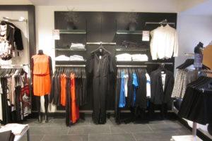 Modebutik med butiksinventar - panelplader som har stor fleksibilitet og som kan leveres i alle farver. Butiksinventar. Butiksindretning.