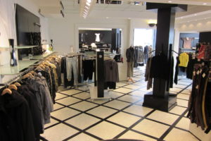 Damebutik / Butiksinventar kendetegnet ved de store fokusområder på væggene, her vist i damebutik. Butiksinventar. Butiksindretning.