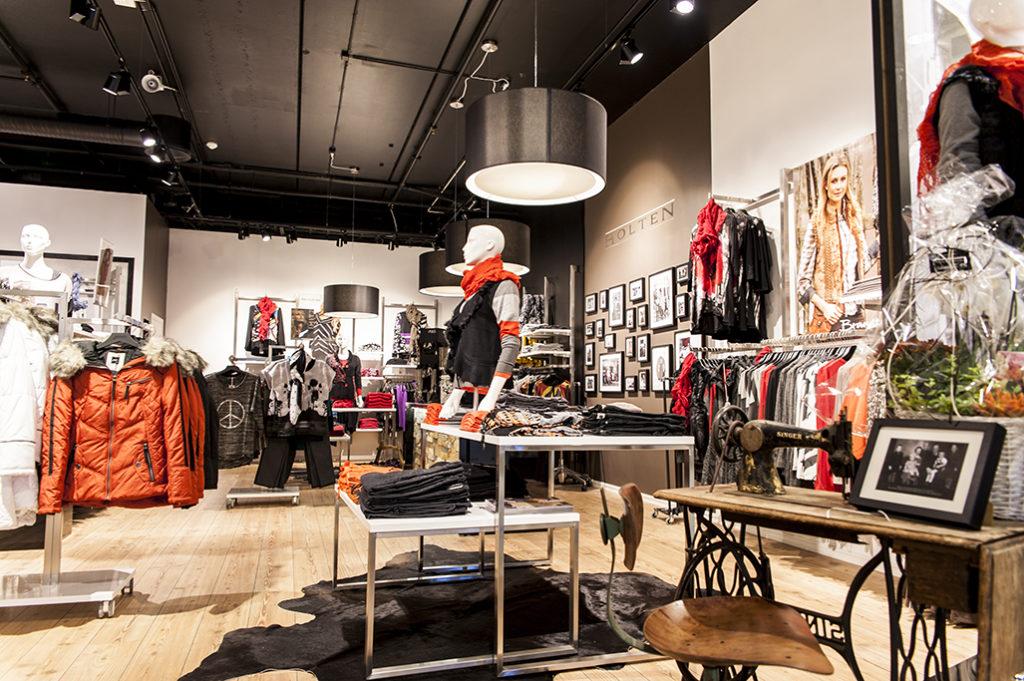 Konceptindrettet modebutik med butiksinventar og mannequiner