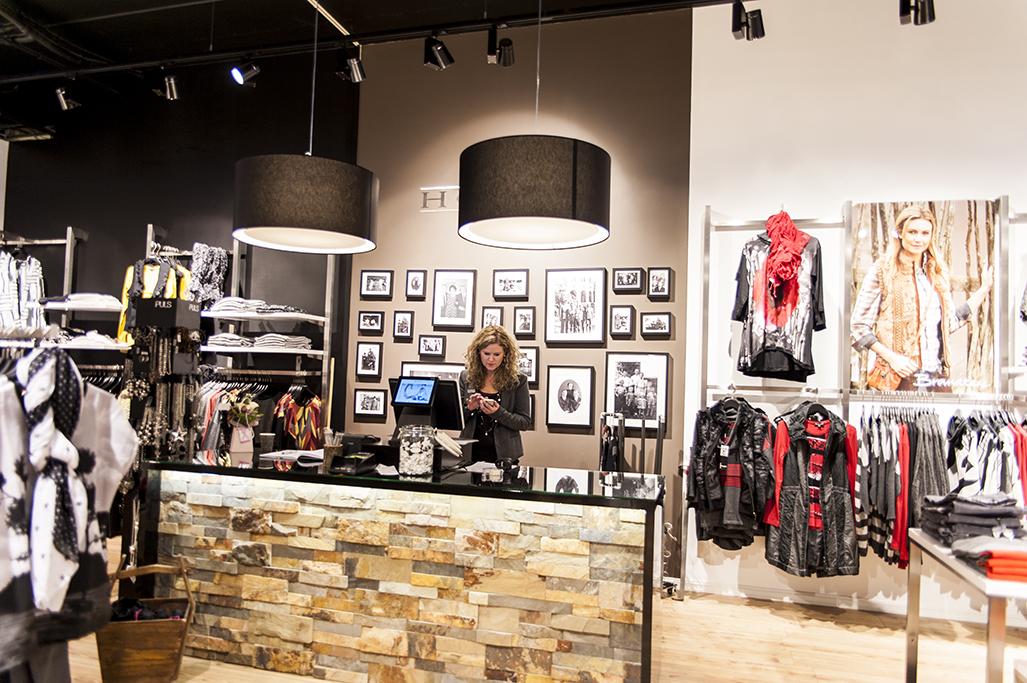 Det flotte butiksinventar system First er her anvendt på hver side af diskområdet. Butiksinventar og mannequindukker fra European Mannequins & Shop. Butiksinventar. Butiksindretning.