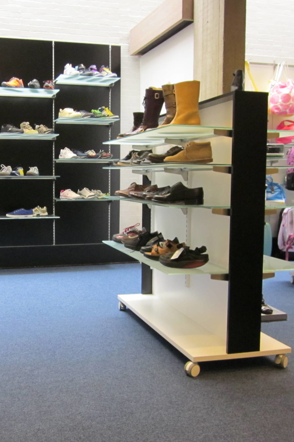 Stativet / rumdeleren præsenterer sko på den bedste vis. Bestem selv farvekombinationen på stativet. Butiksinventar