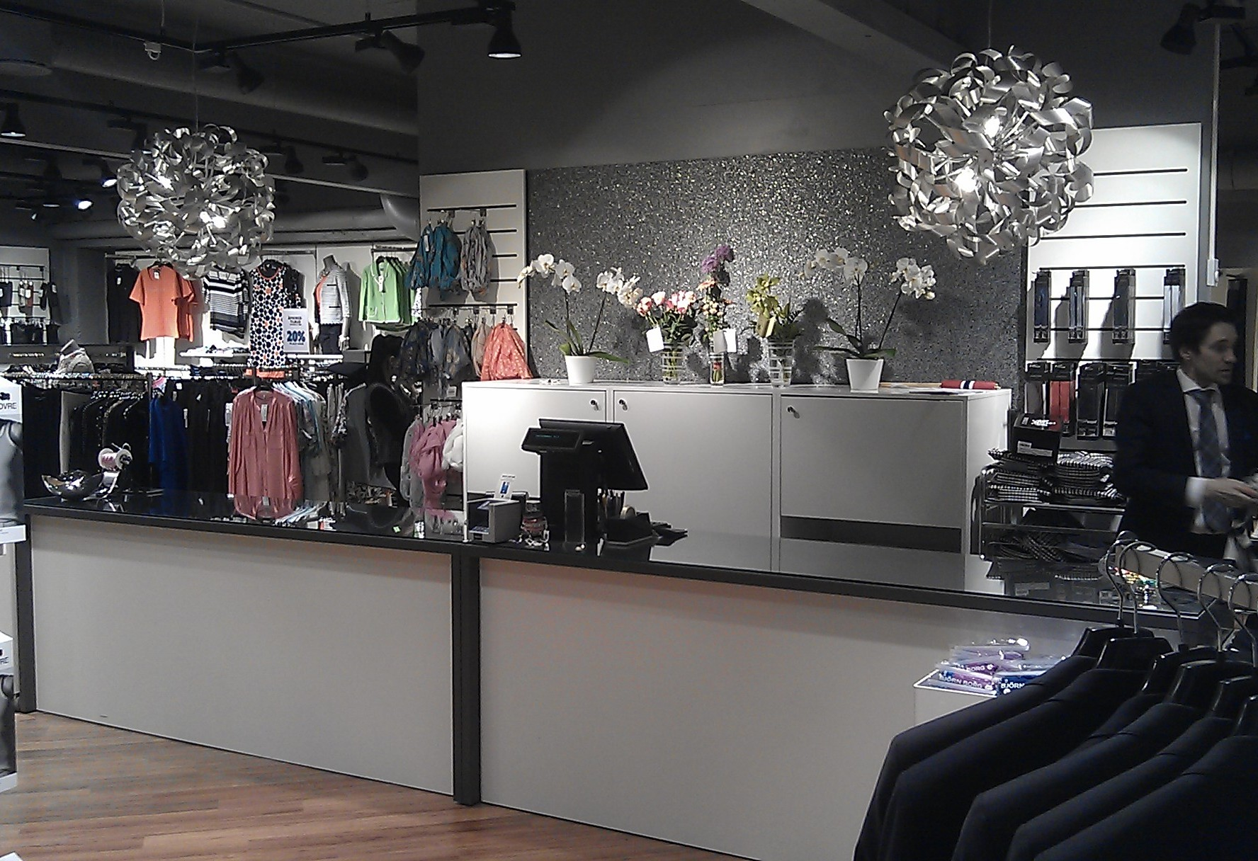 De hvide tilbehørs paneler anvendes både i salgsområdet og i butikken. Kan sammensættes i det uendelige. Butiksinventar