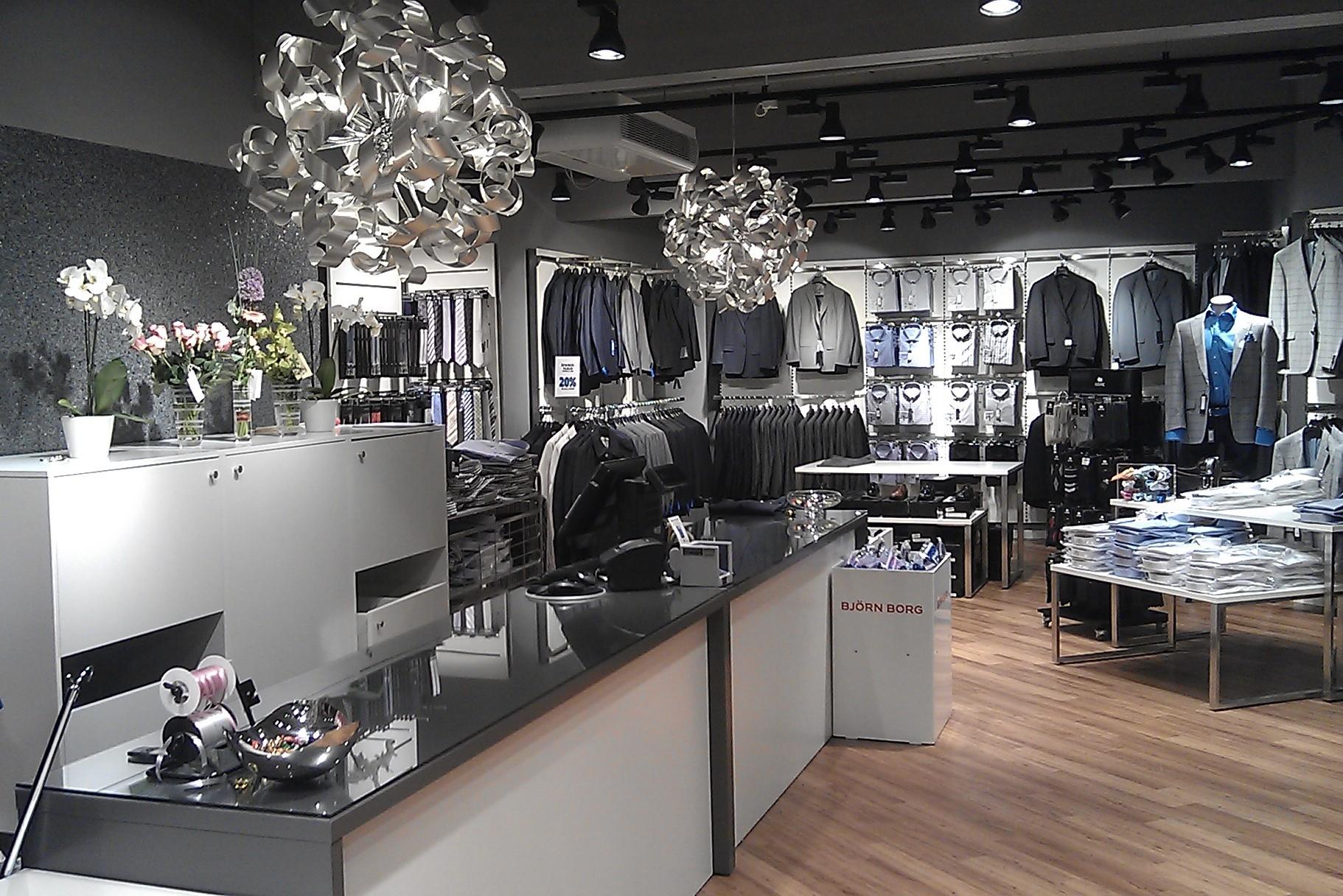 Butikkens indretnings koncept hvor hvide og grå nuancer går igennem. Butiksinventar. Væginventar