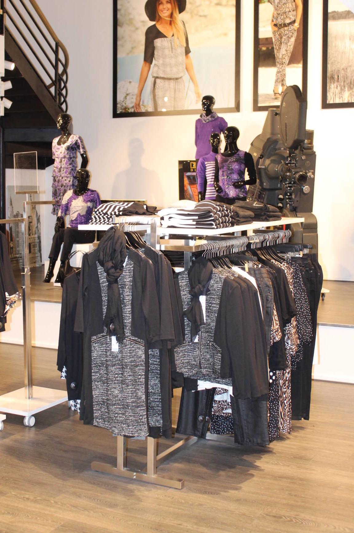 stativ til tøj kan leveres med hylder i alle farver, ophæng og fronthæng. Butiksinventar