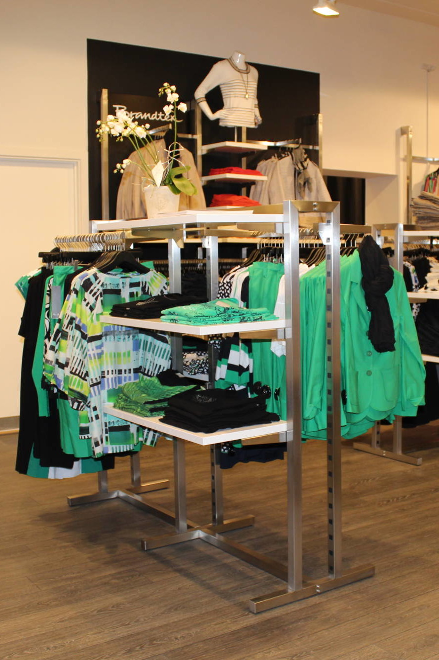 Tøj stativerne fra European Mannequins & shop er det muligt at få hylderne i alle tænkelige farver. Butiksinventar.