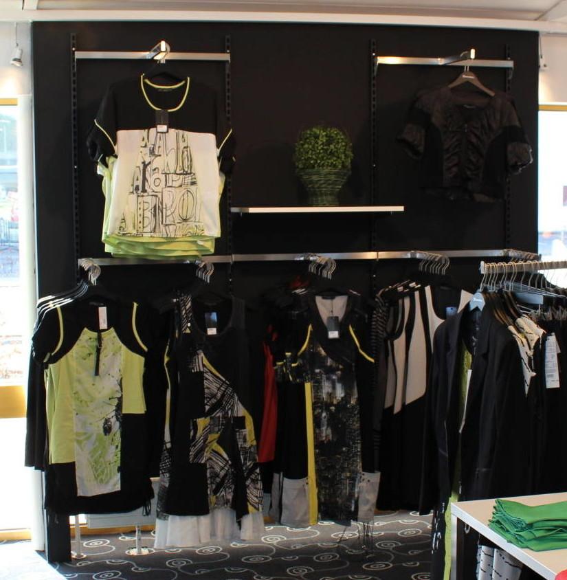 Butiksindretningen med de sorte søjler og det rustfrie tilbehør, skaber et eksklusivt miljø. Butiksinventar