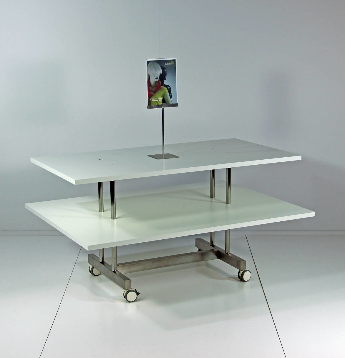 Effektivt salgsbord, som sælger mange varer. Butiksinventar