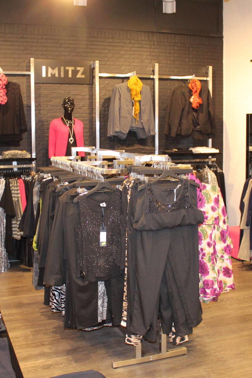 Eksklusivt tøjstativ som præsentere tøjet på bedste vis ved ophængnings muligheder og liggende stakke af tøj. Butiksinventar