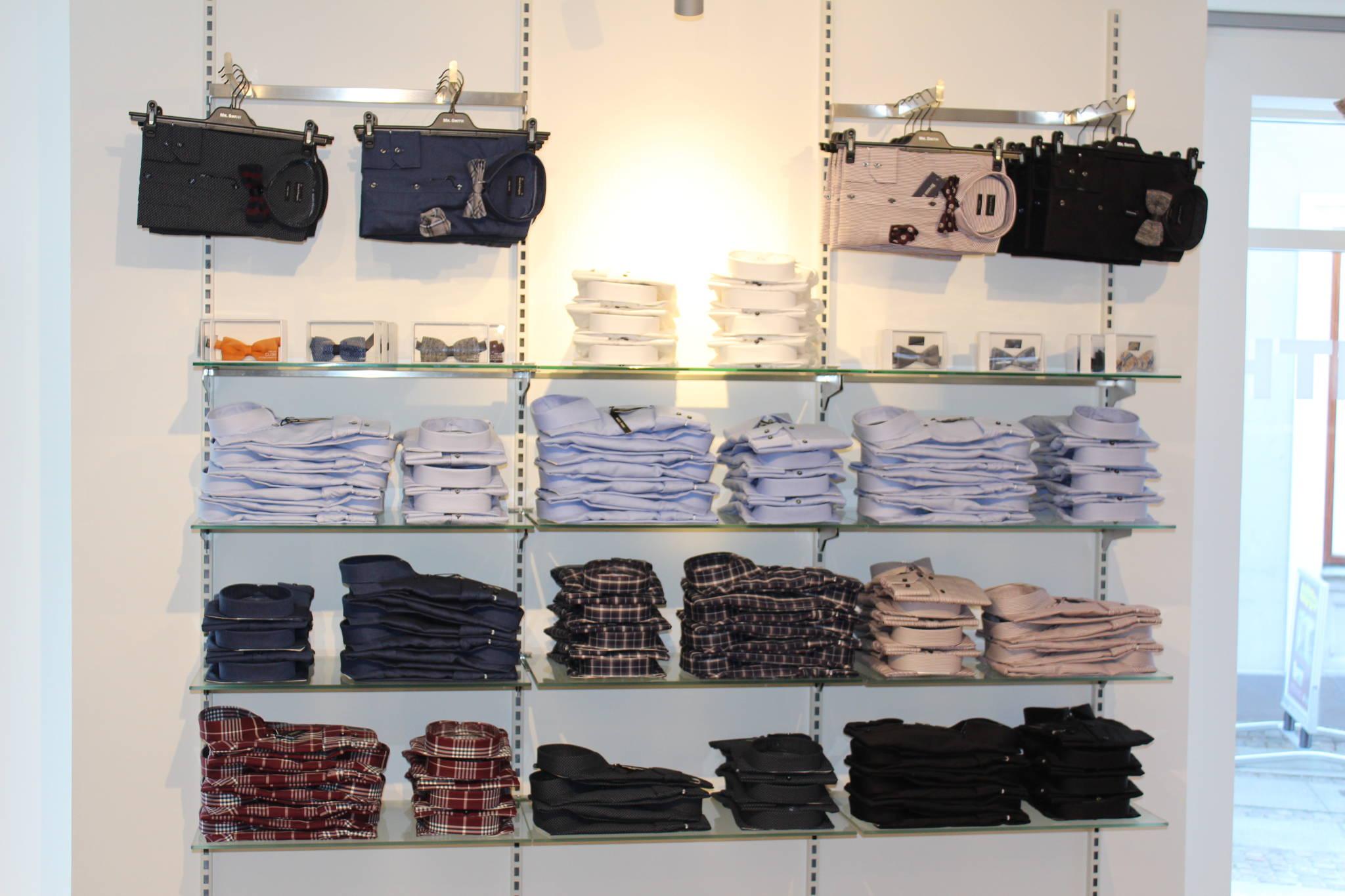 Skjorteafdelingen er indrettet med både hængende og liggende varer. Butiksinventar