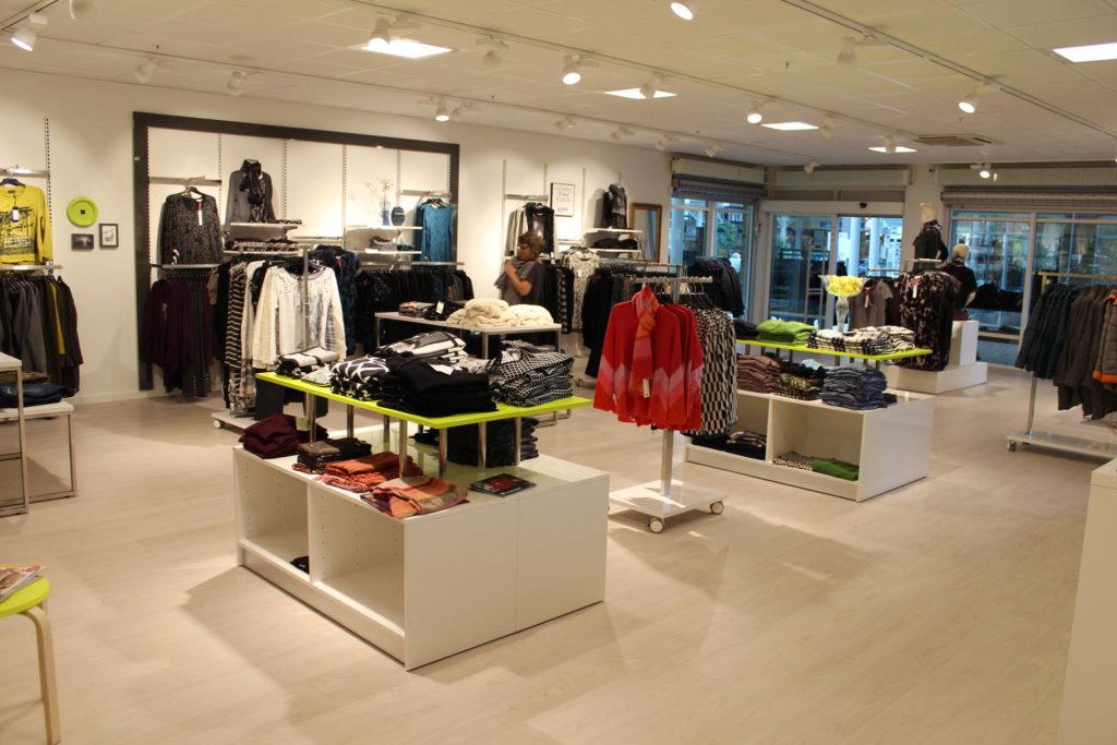 Lækre salgsborde og andet butiksinventar hvor farverne kan kombineres