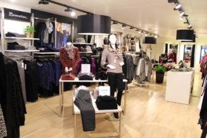 tøjbutik med lækker butiksinventar og buiksindretning. Væginventar
