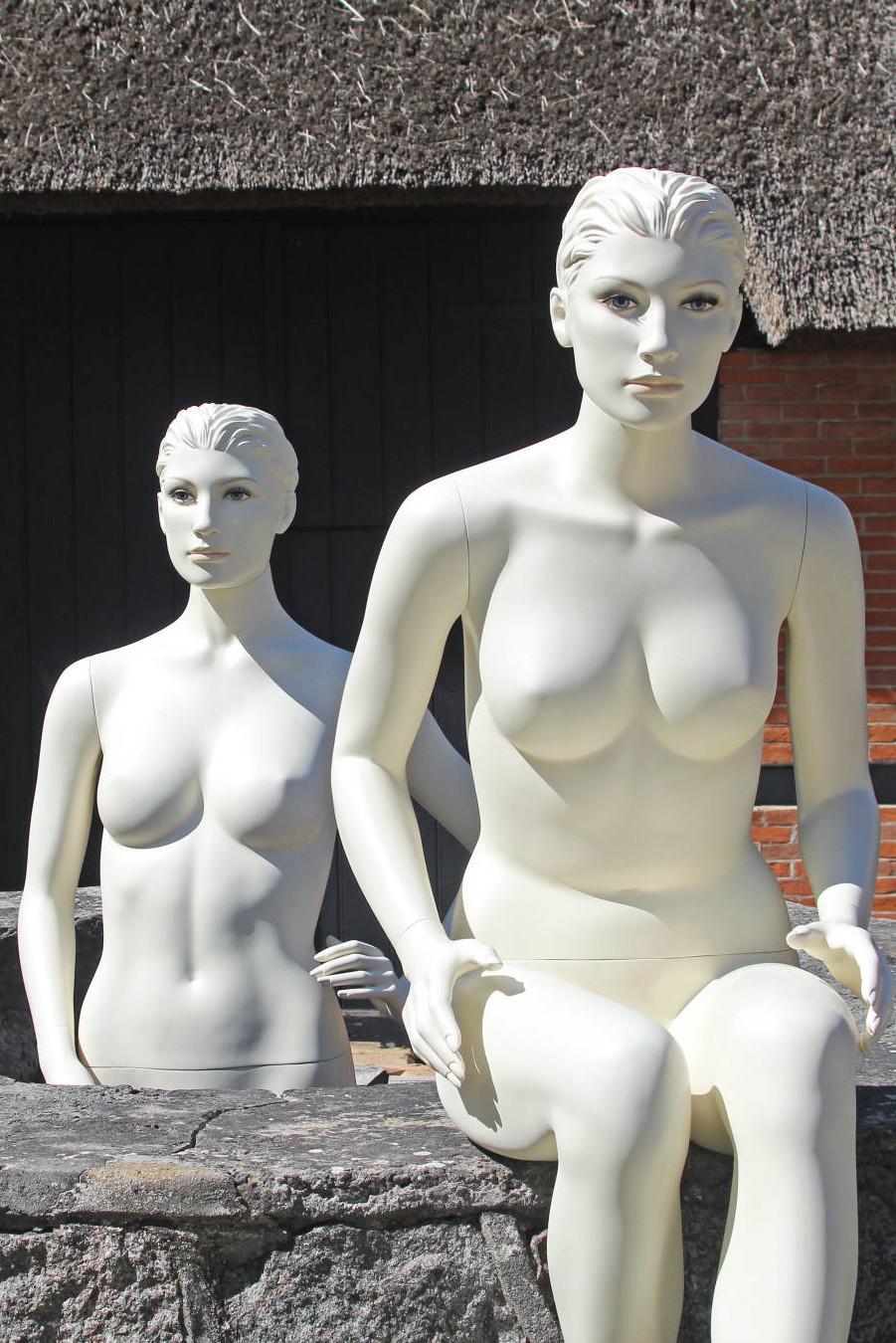 Damemannequinen fås i forskellige modeller i både stående og siddende positioner