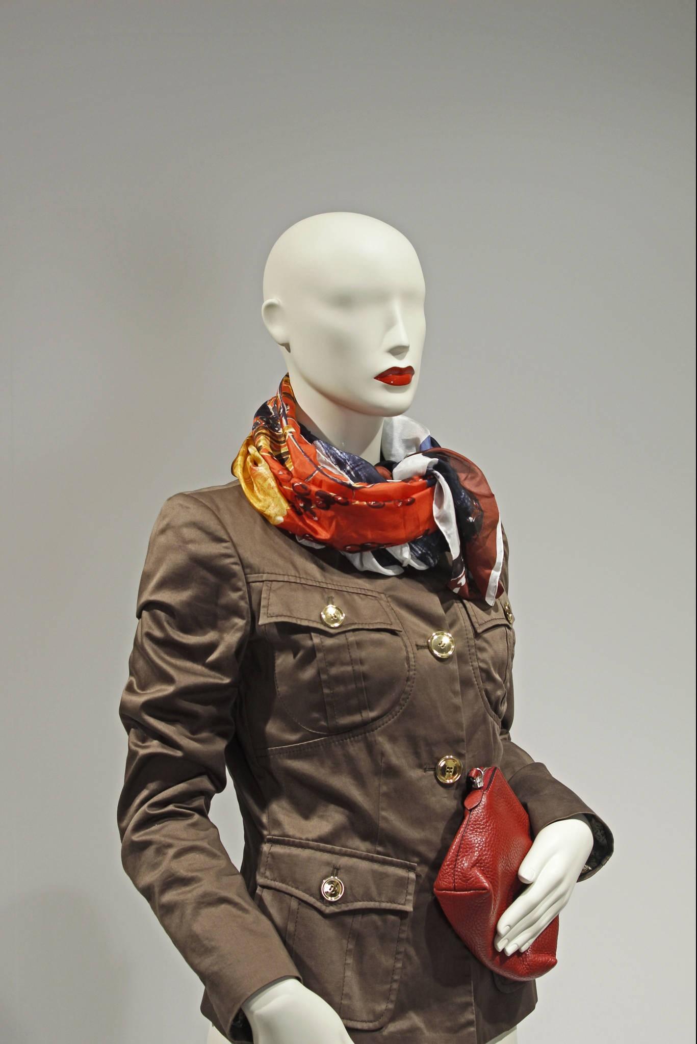 Design mannequin i størrelse 38 med røde læber. Mannequindukker med röda läppar. Skyltdockor