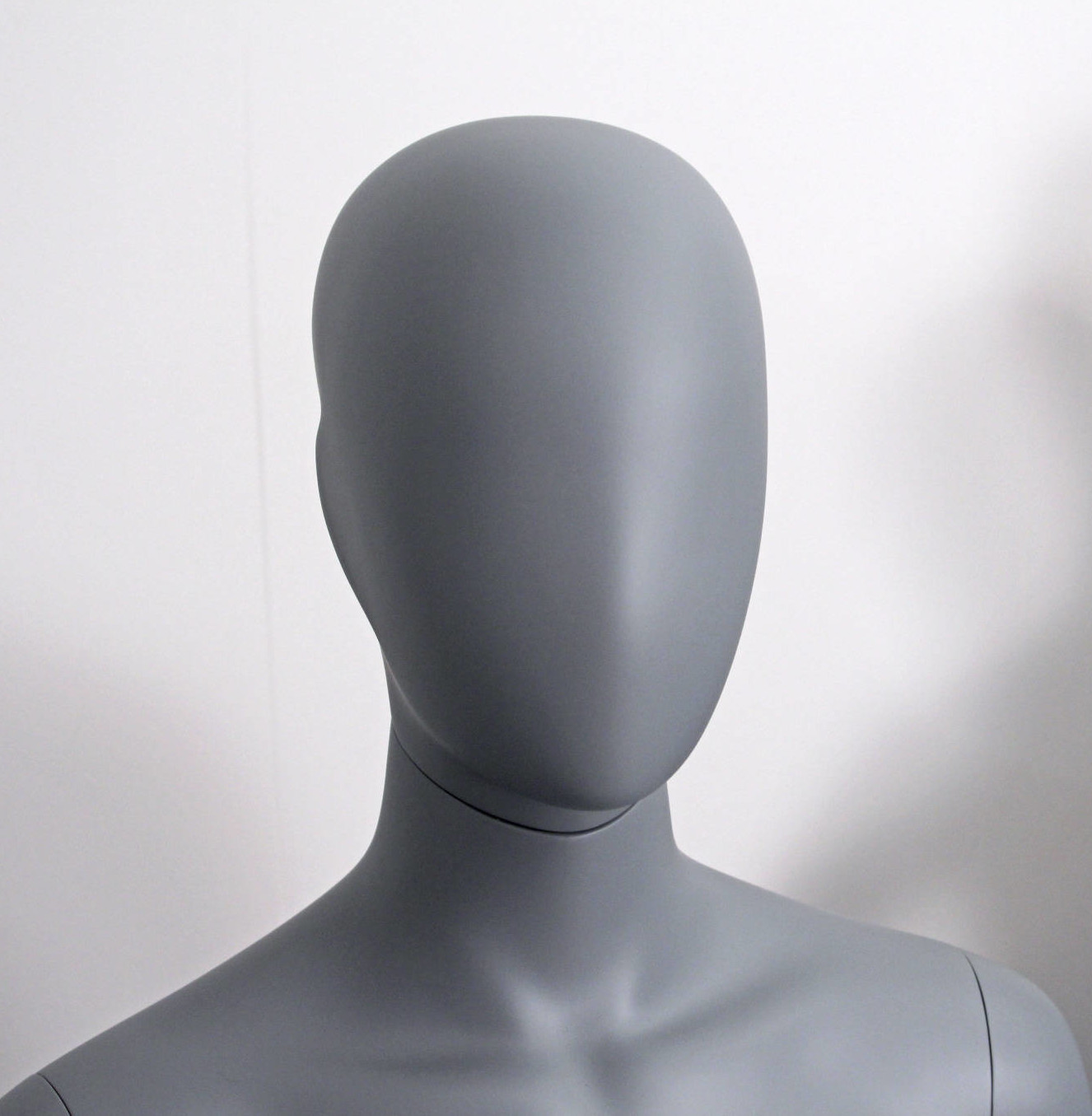 Faceless female mannequins
