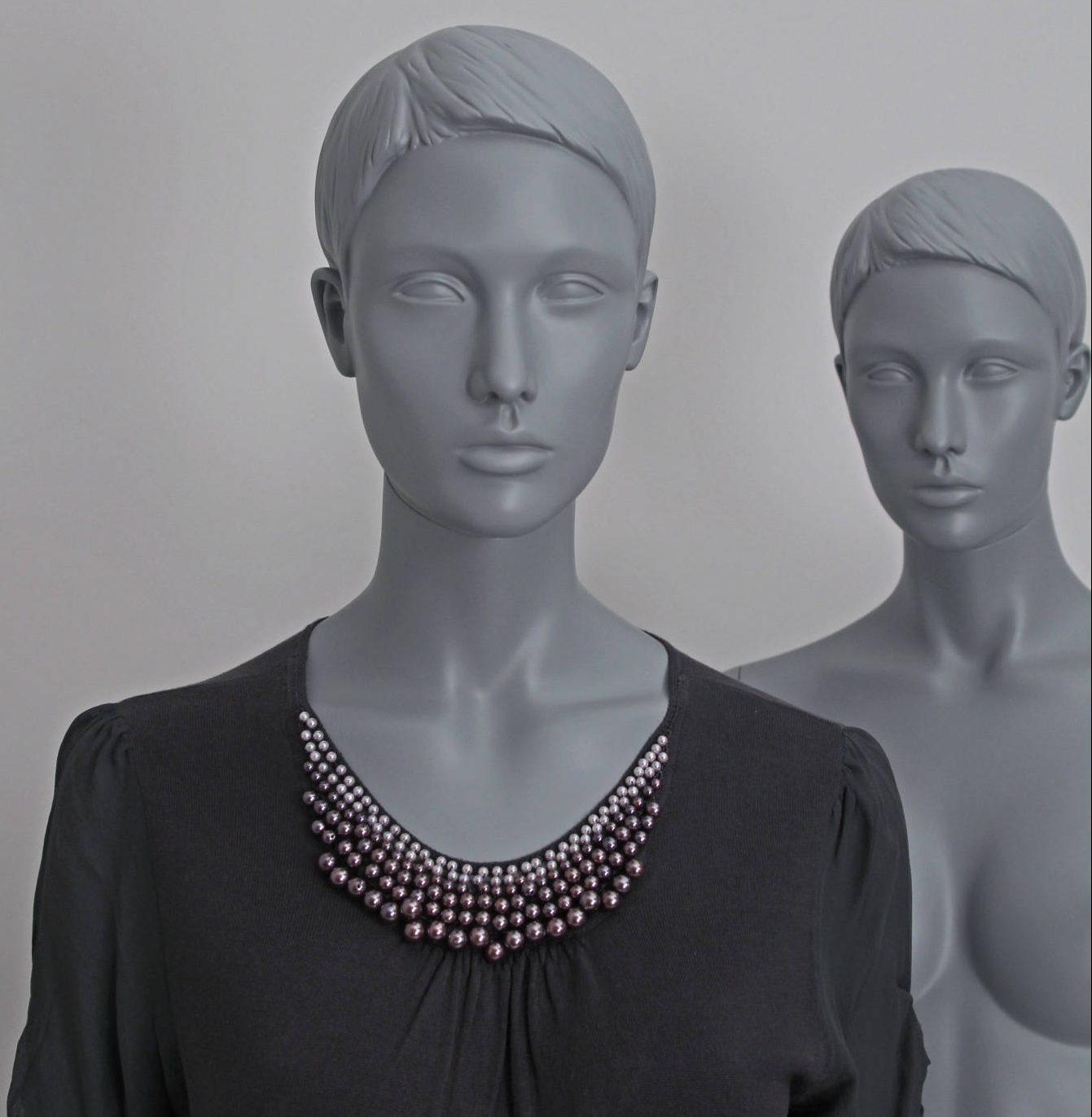 Sascha stilistisk mannequin. Schaufensterfiguren im grau. Schaufensterpuppen