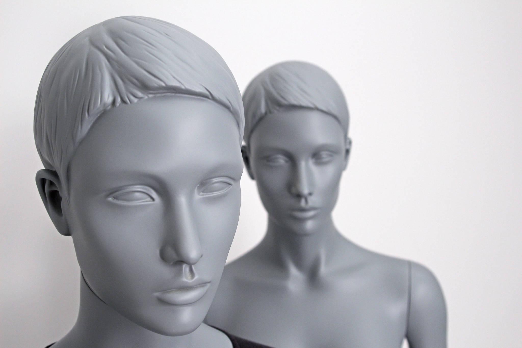 feministisk mannequin i grå overflade