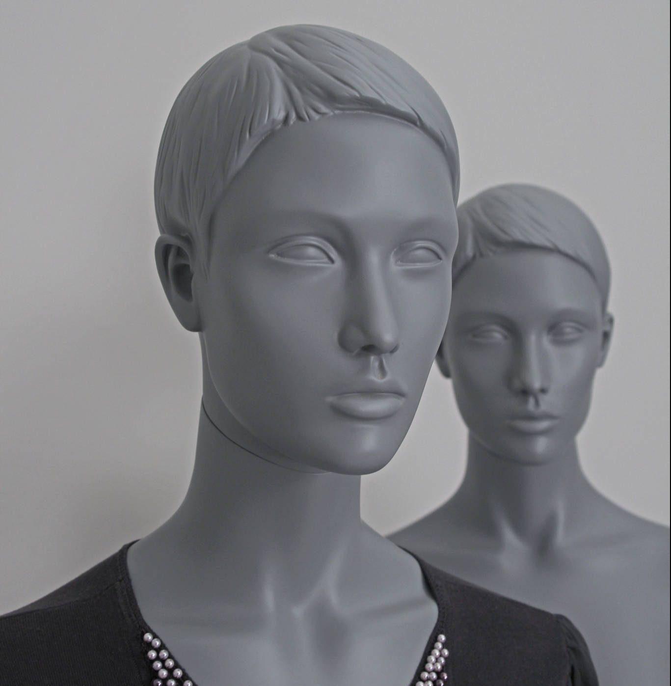 Sascha stilistisk mannequin. Schaufensterfiguren im grau