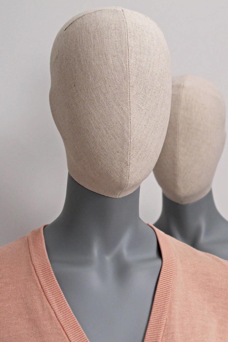 abstrakte Damen-Schaufensterpuppen in schöner grauer Farbe mit stoffumwickeltem Vintage-Kopf.