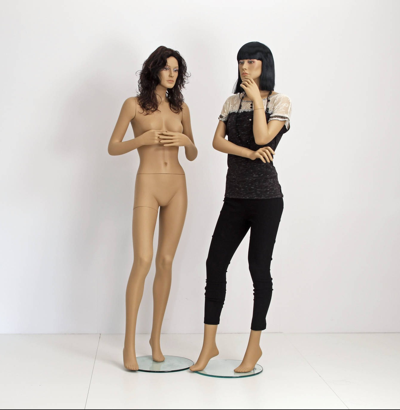 Naturalistic mannequin including a wig.
