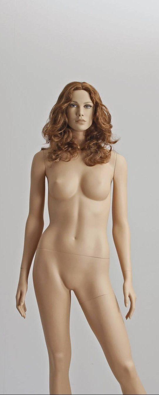 Naturalistisk mannequin med lang paryk uden pandehår i en gylden brun farve