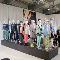 Teenage mannequiner på catwalk