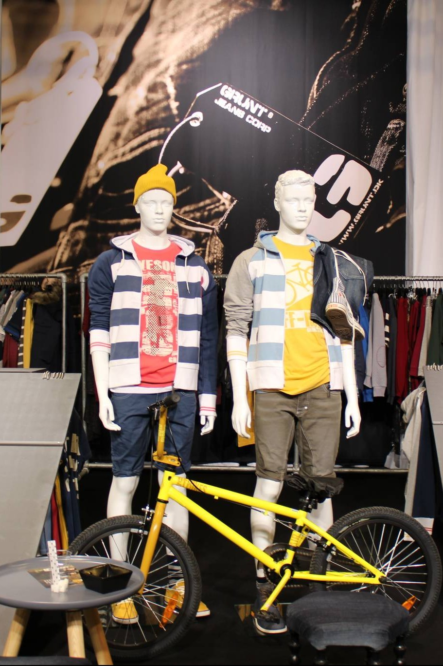 Teenage mannequin i en drenge model. Er blikfang i butiksvindue eller butiksindretning. Kan stå sammen med tøjstativer eller på et podie.