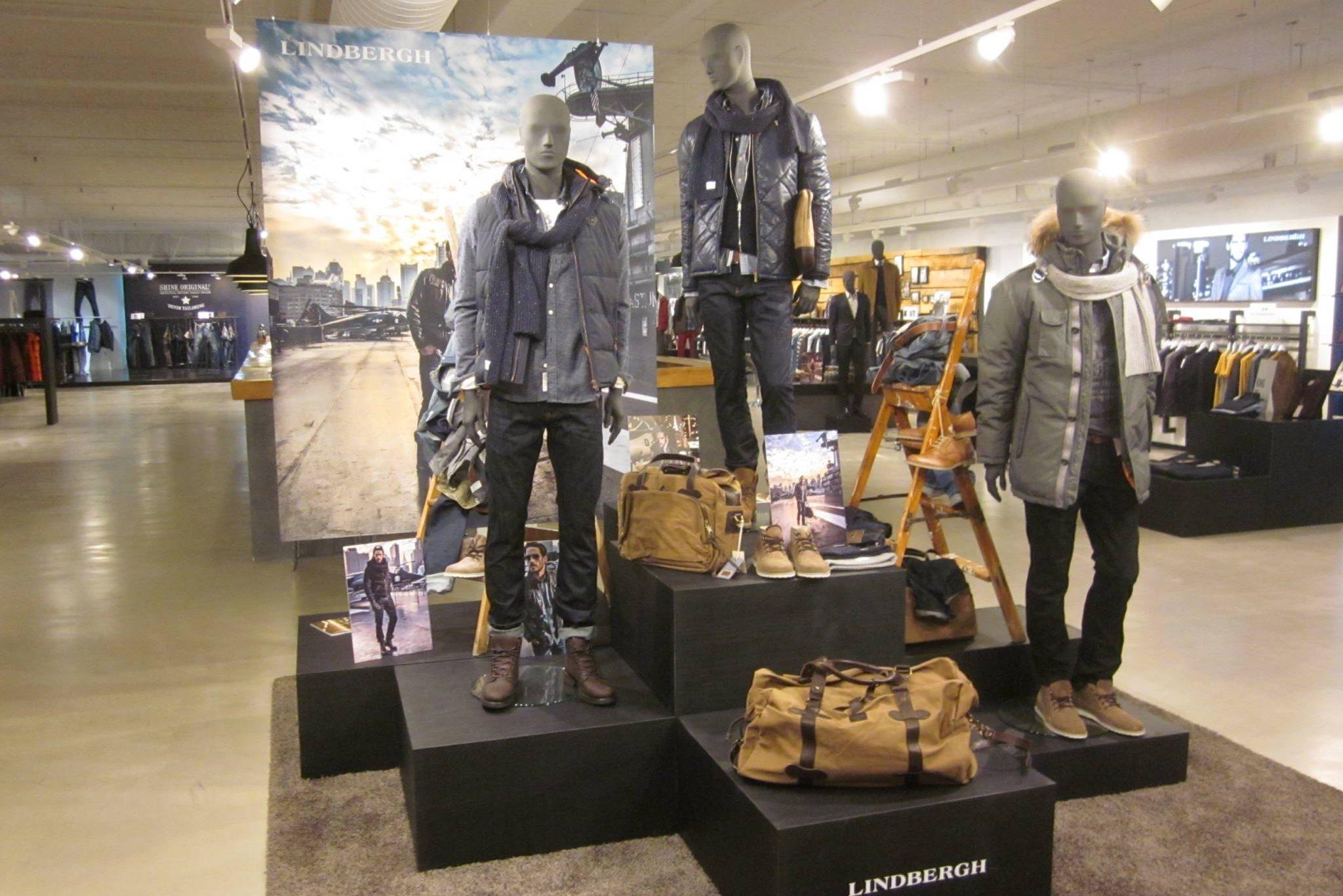Flotte mannequiner i en speciel grå farver, præsenteres flot på podie i forskellige størrelser. Butiksinventar og butiksindretning