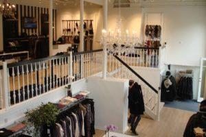 Flot butiksdesign med butiksinventar og mannequiner