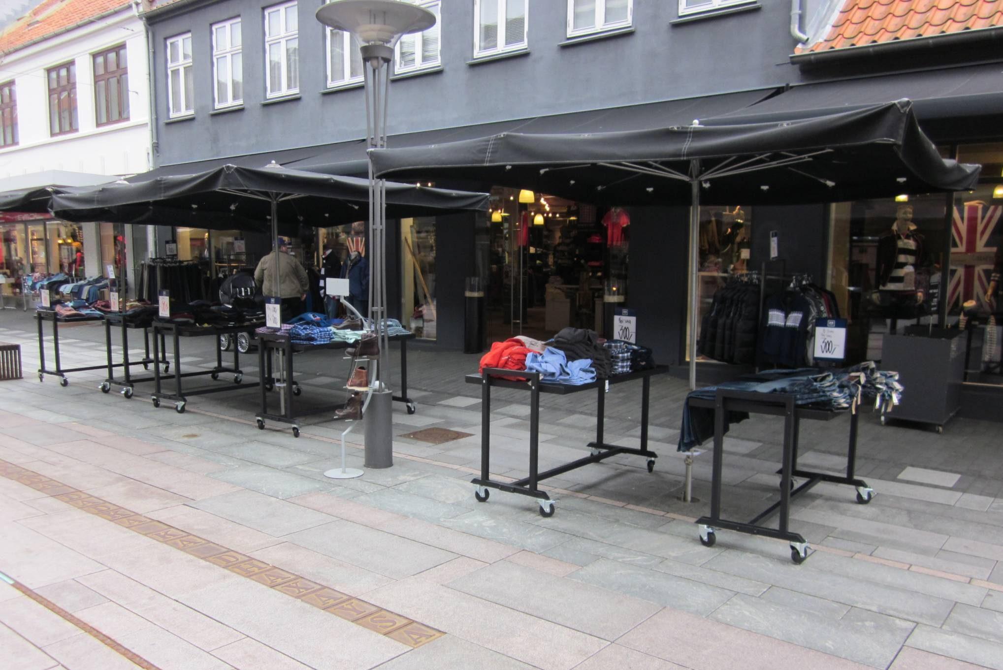 Gadeborde sælge mange varer, stort udvalg af gadestativer, gadebord, mannequinvogne og gadekassette