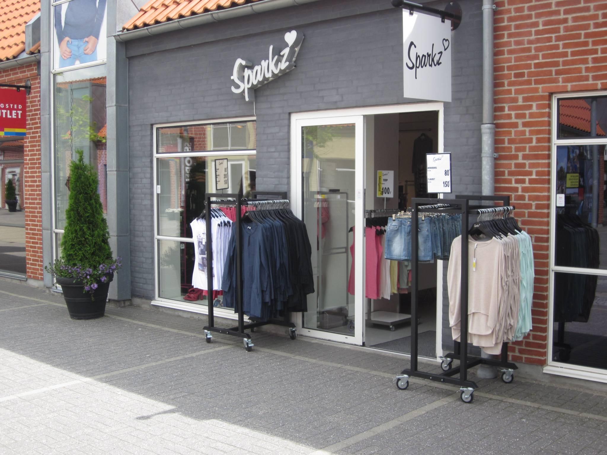 Gadestativ til modebutikker, stort udvalg af gadestativer og badebord, mannequinvogne. Butiksinventar