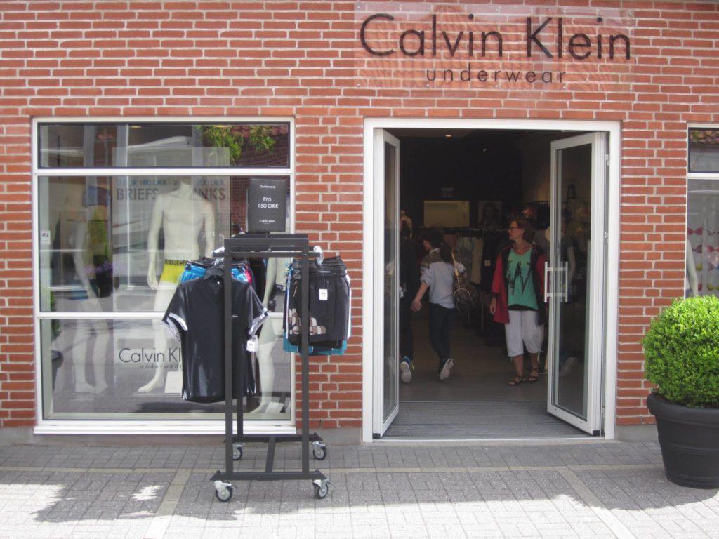 Gadestativ med underwear, stort udvalg af gadestativ og gadebord, gadekassette og vogne til mannequiner. Butiksinventar