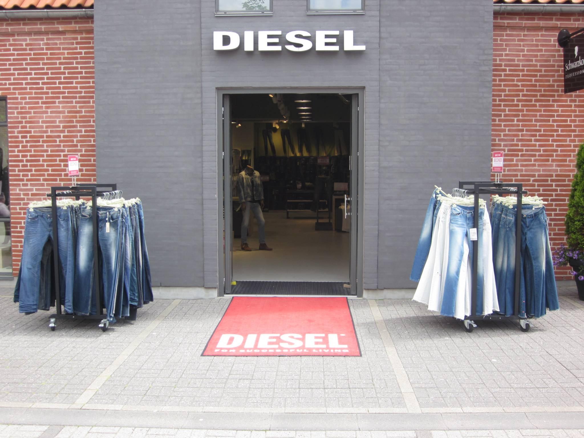 Gadestativer med Jeans, stort udvalg af gadestativ, gadebord, mannequinvogn og gadekassette. Butiksinventar