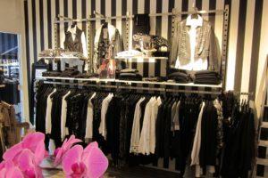 Butiksinventar, flot design i mindre lokale, hvor der er brugt tapeter som effekt.