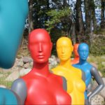 Colourful mannequins på stranden