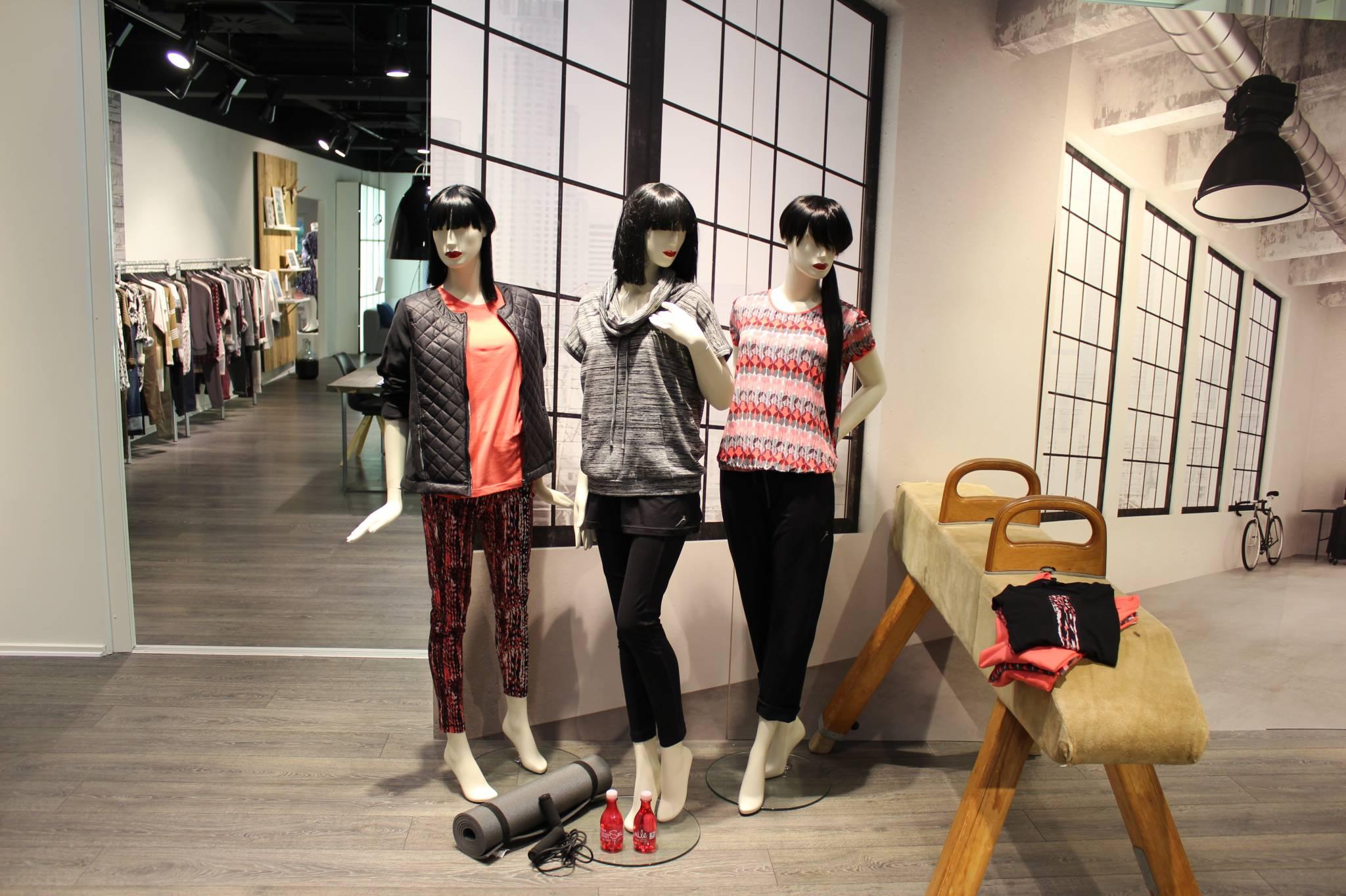 mannequin med paryk i showroom