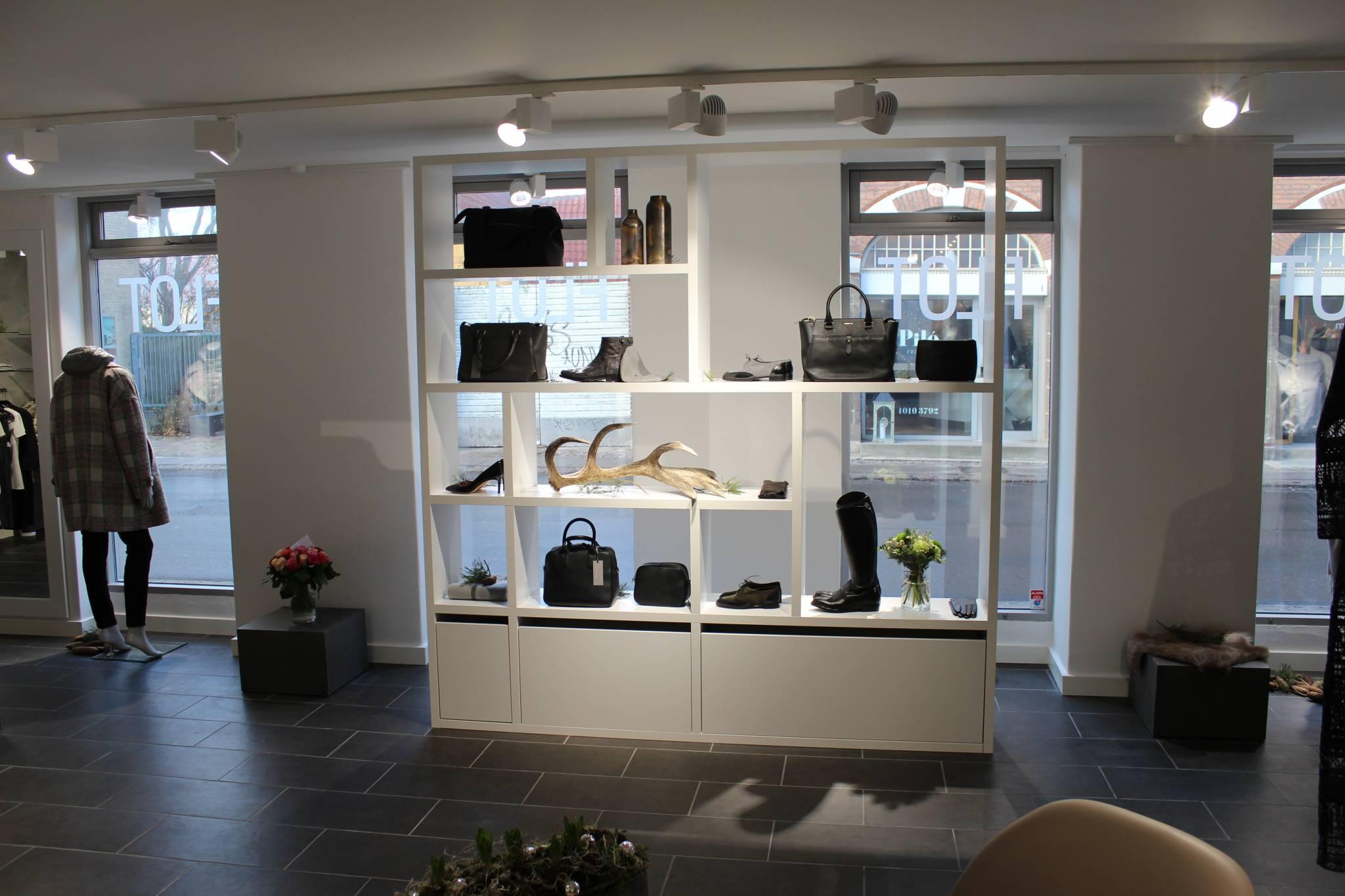 Den flotte reol er speciel lavet til butikken og er en af butikkens vigtige fokus områder. Butiksinventar. Butiksindretning