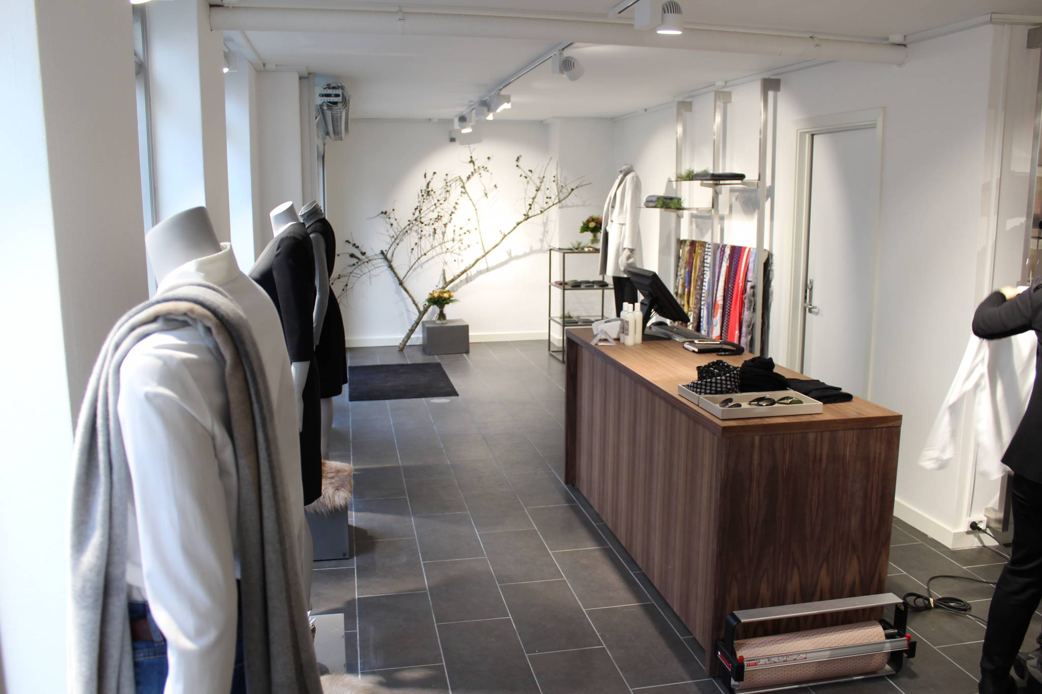 Butiksdisk i lækkert design med skuffer og hylder. Butiksinventar og butiksindretning.