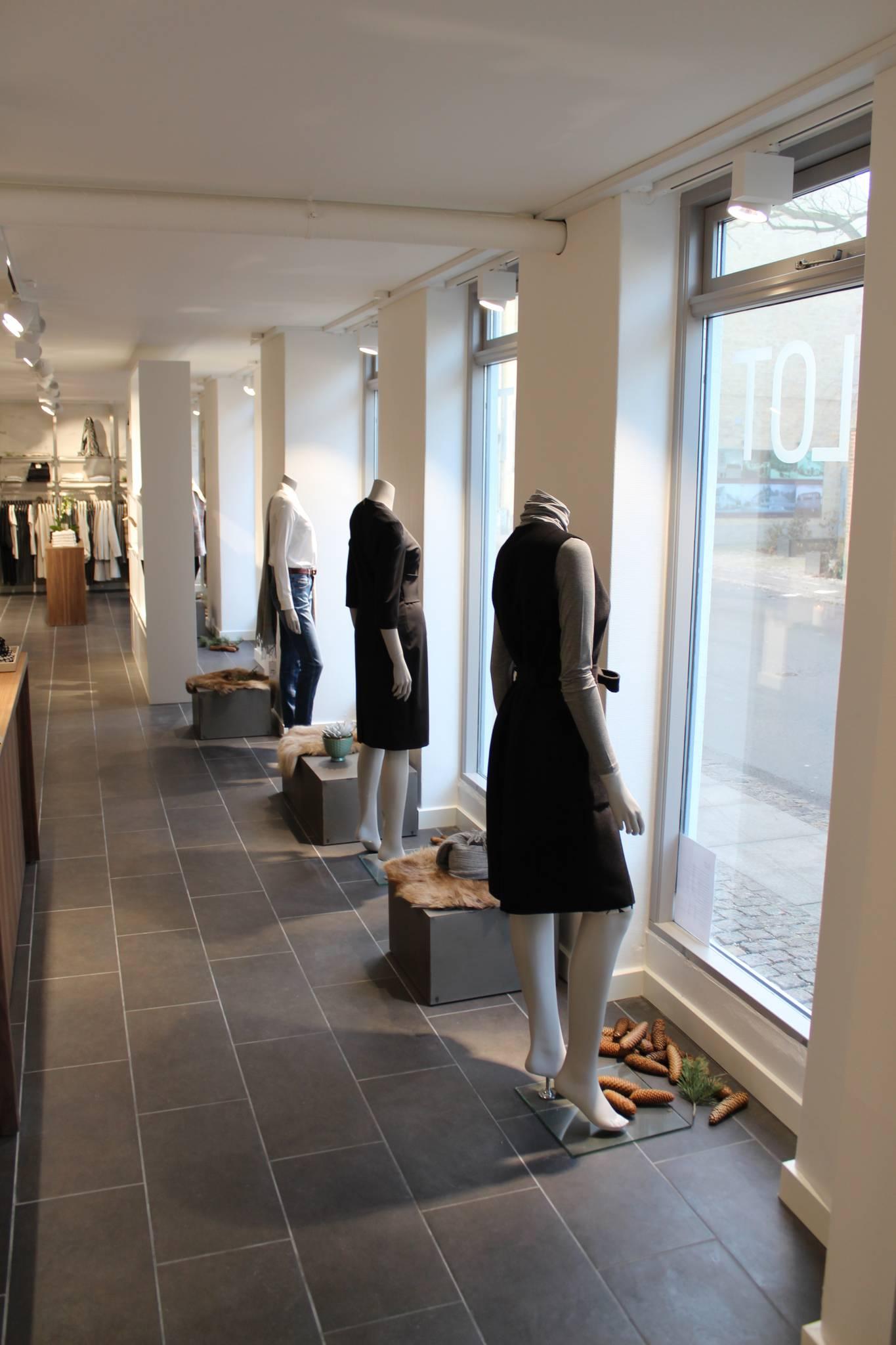 Hovedløse mannequiner. Butiksinventar og butiksindretning.