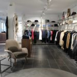 Flot butiksindretning i nyistandsat lokale. Butiksinventar og væginventar