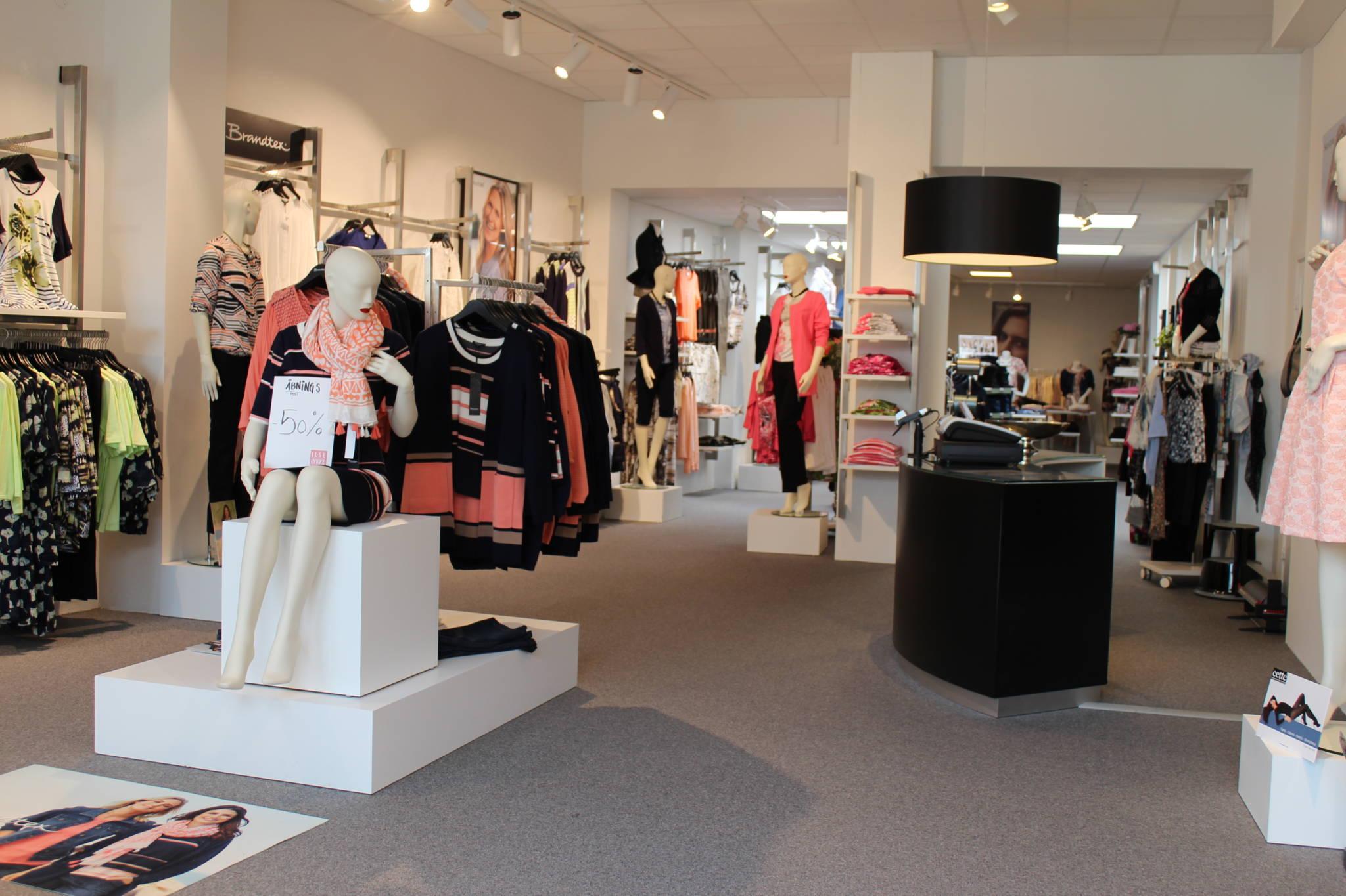 Ny butiksindretning med flot buet disk og et kampagne område midt på gulvet
