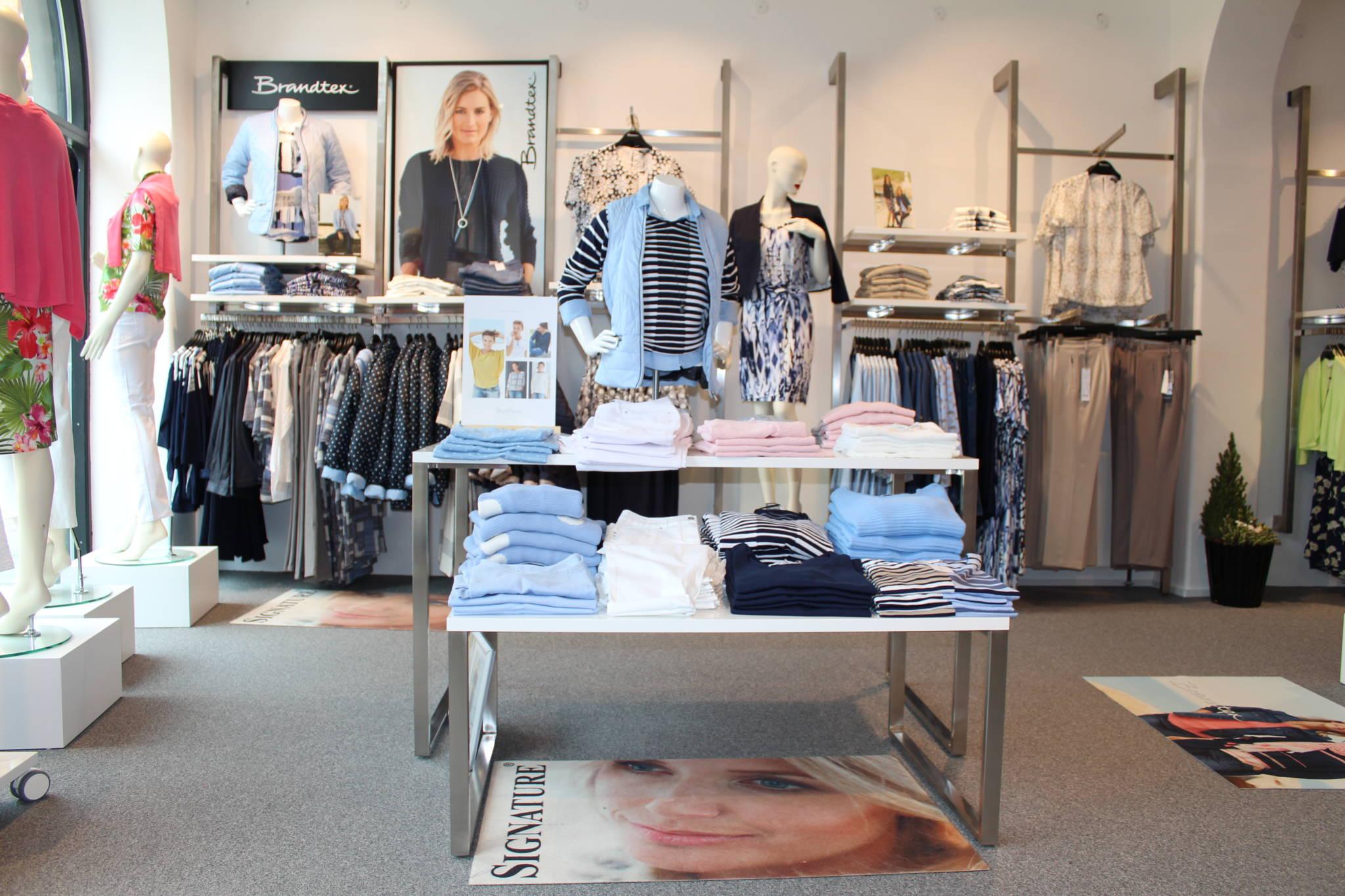 Ny butiksindretning med salgs borde