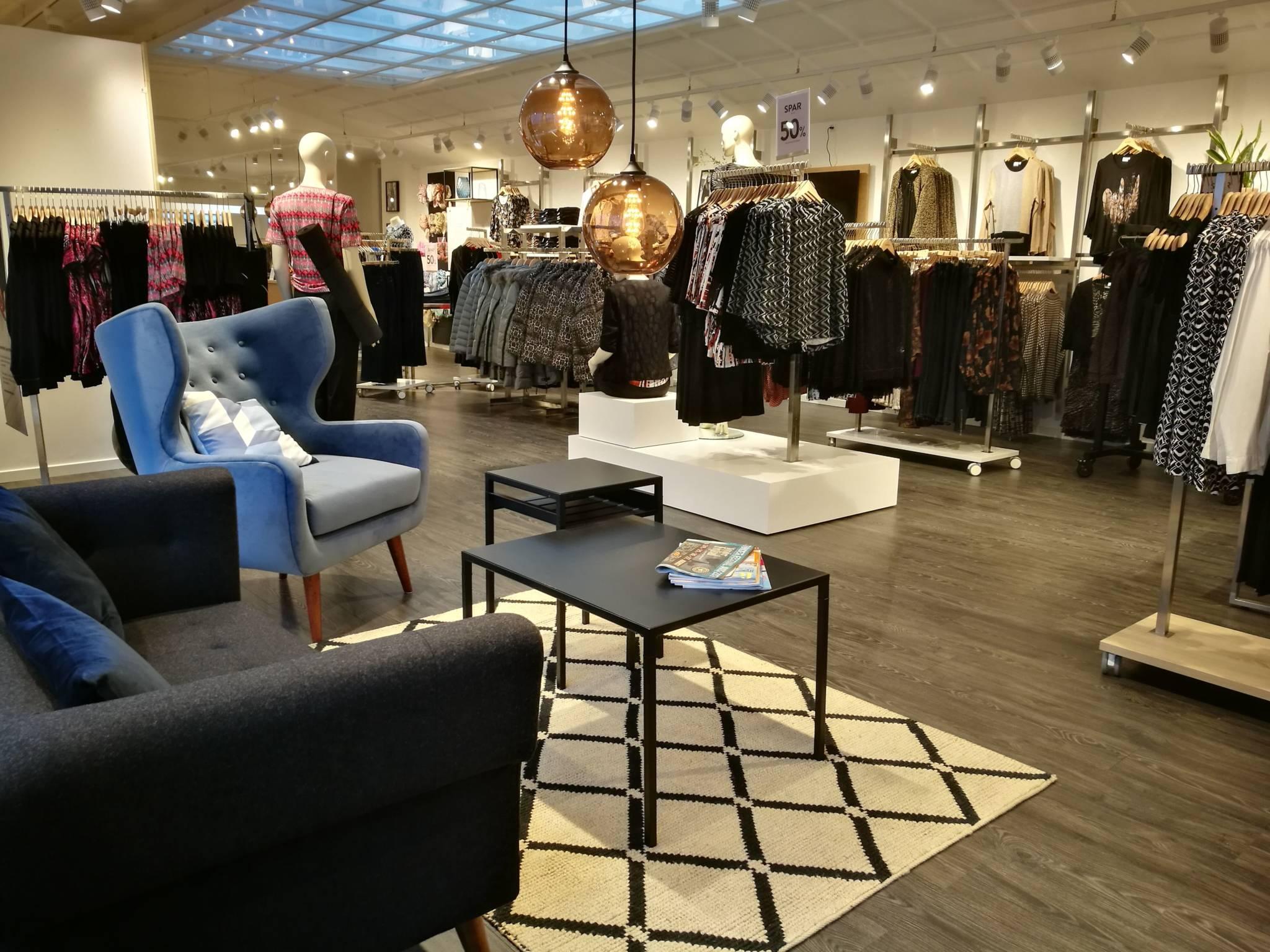 Dame butik med nyt design udtryk. Butiksinventar