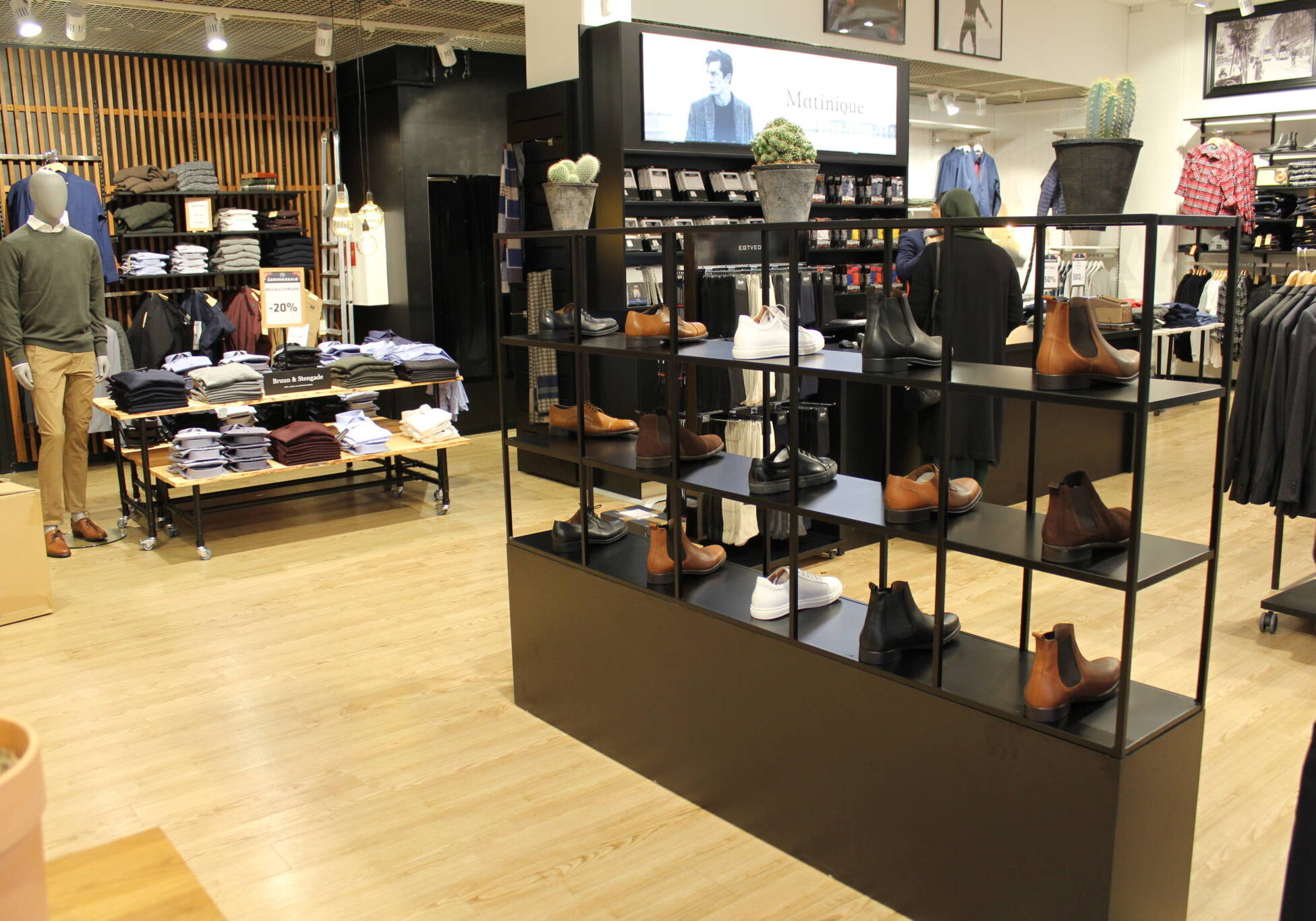Trendy indrettet herrebutik. Butiksindretning og butiksinventar