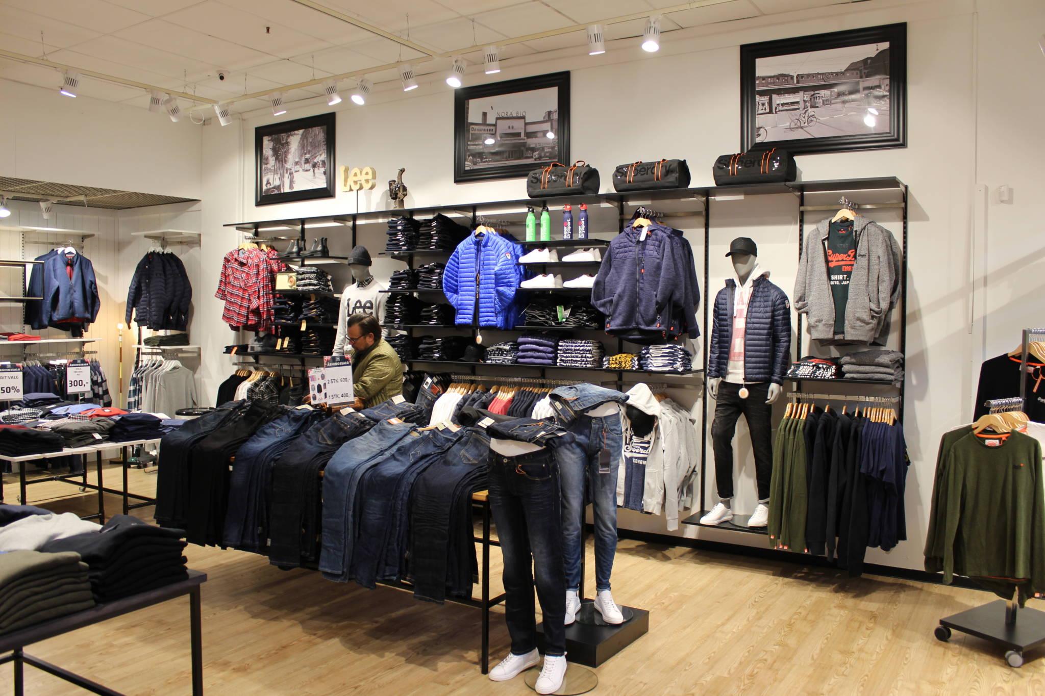 Trendy indrettet herrebutik med mange fokus området. Butiksinventar og butiksindretning.