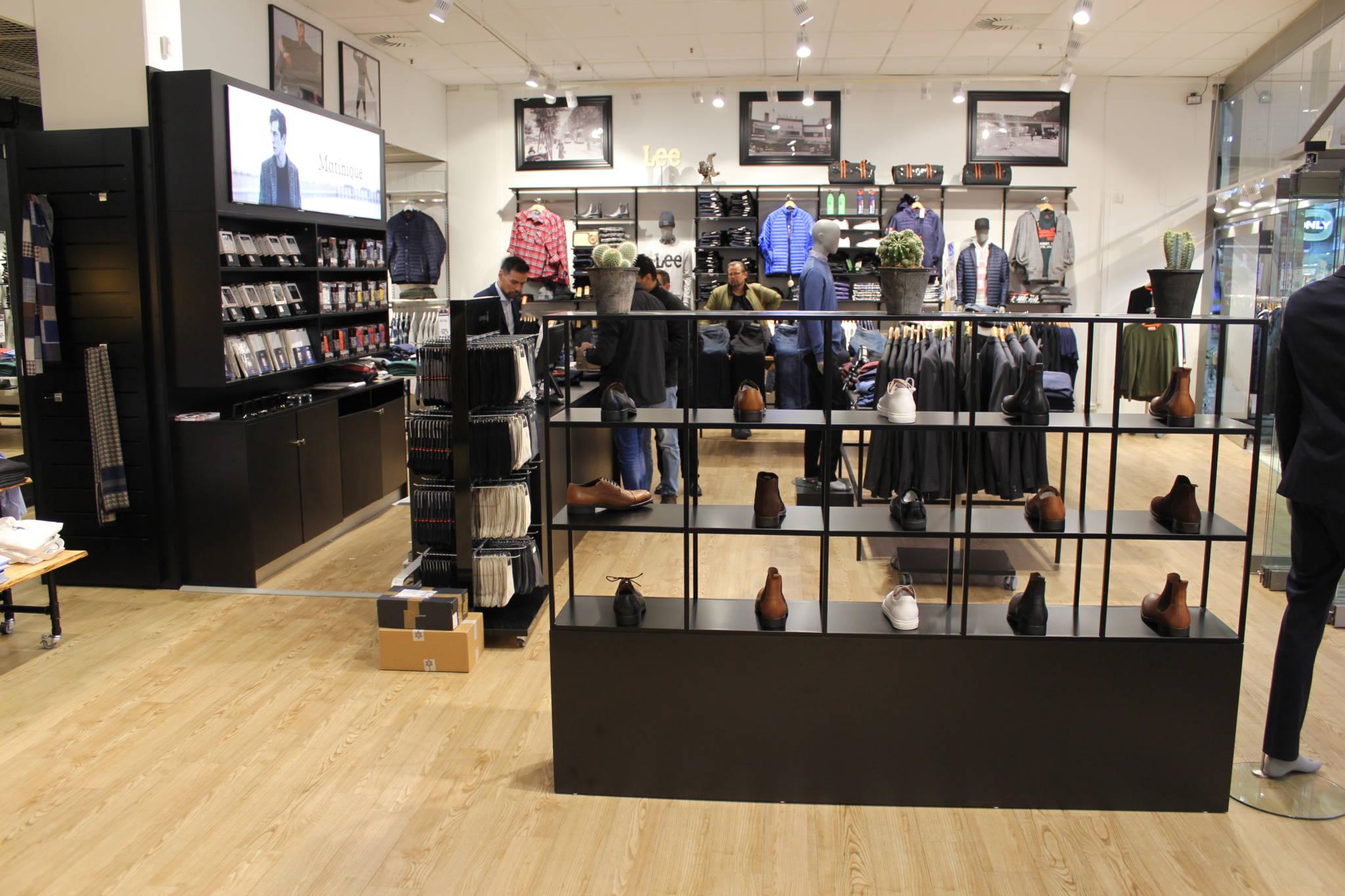 Trendy indrettet herrebutik med skoreol. Butiksindretning og butiksinventar