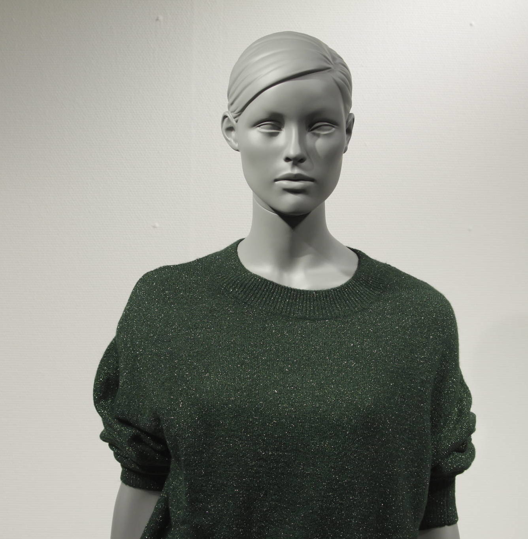 Stilistisk dame mannequin Amy. Flot knold i nakken. Mannequin dukken er meget køn og blid i udtrykket. Modellen fås i 6 forskellige positioner. mannequinen kan fås i mange forskellige farver.