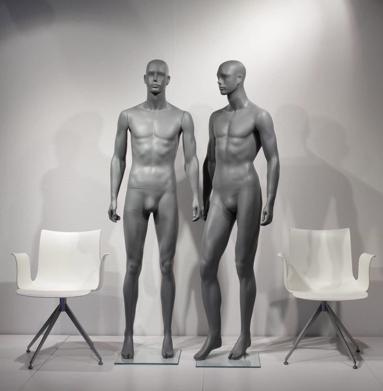 Flot abstrakt og pris billig herre mannequin i moderne modegrå farve. Fås i 2 positioner