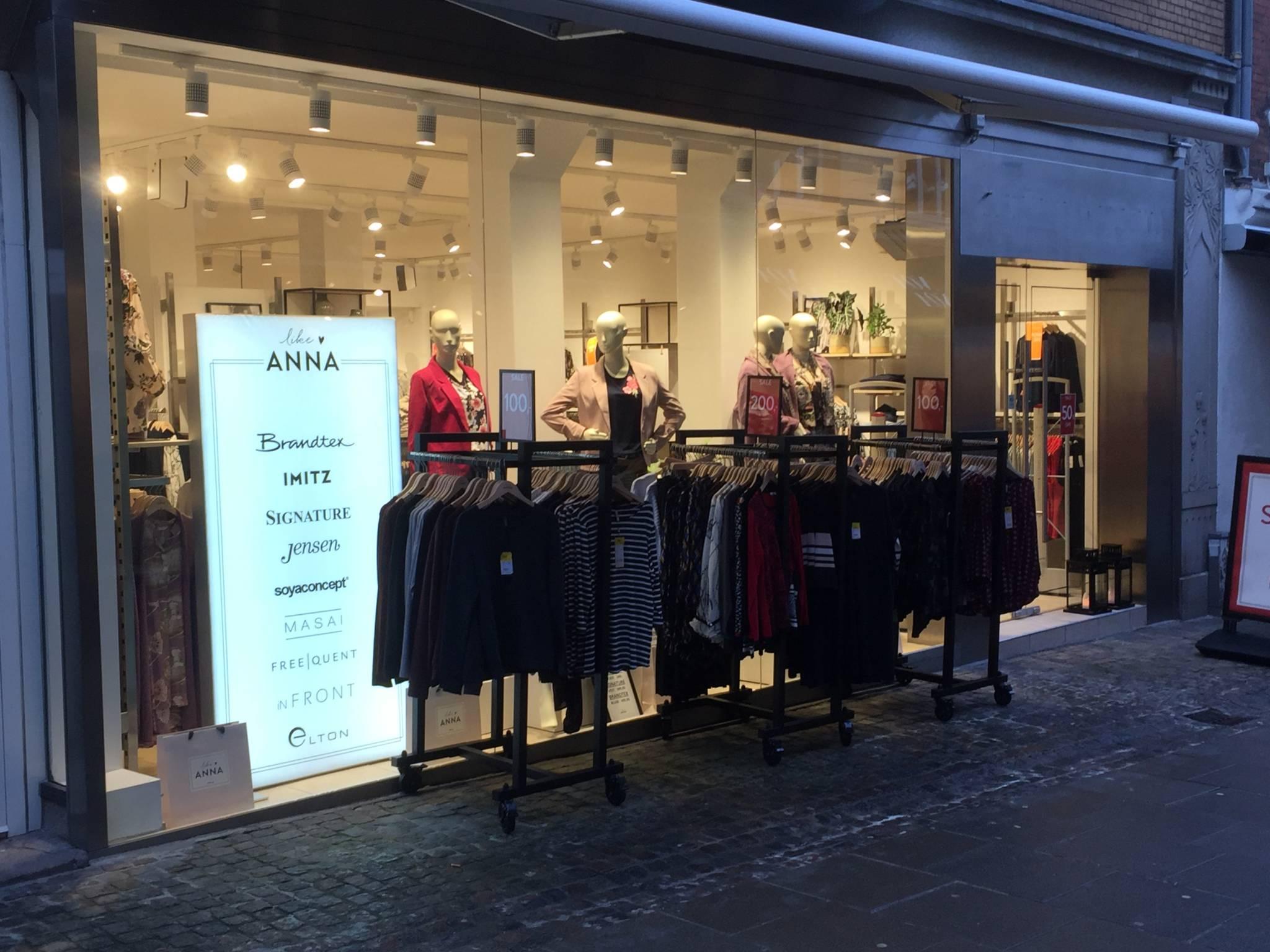 flot indrettet modebutik i Ålborg. Butiksinventar. Butiksindretning.